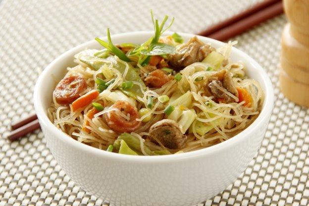 طبق مجوف به حساء وشعيرية وفواكه مستديرة (Shutterstock)