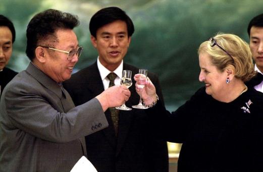 im Jong-il et Madeleine Albright, souriants, en train de trinquer, un verre