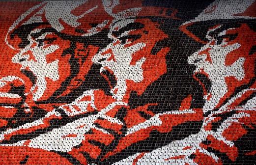 es portraits de révolutionnaires illustrés sur une mosaïque de panne